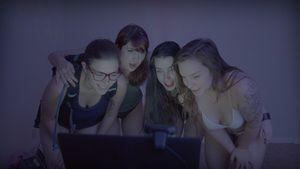 Nonton Film Terbaru Cam Girlz 2015 Subtitle Indonesia | Sinopsis Film Cam Girlz 2015: Cam Girlz memasuki dunia pekerja webcam seks yang menemukan kebebasan ekonomi , pemberdayaan , keintiman dan ekspresi diri yang kreatif dari kenyamanan rumah mereka sendiri.
