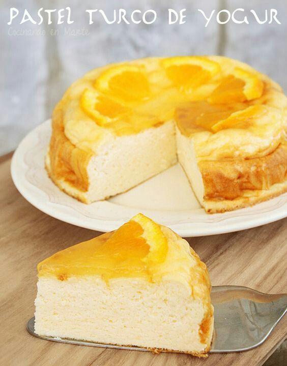 PASTEL TURCO DE YOGURT Ingredientes (molde de 18 cm.) 3 huevos (L) 75 gr. de azúcar (o 1 ½ de edulcorante) 32 gr. de harina de trigo ¼ cucharadita de levadura química 300 gr. de yogur griego natural (usé uno ligero de 2% m.g.) ½ de limón pequeño (su zumo) Para la cobertura: 1 naranja (su zumo) 10 gr. de azúcar ½ sobre (6 gr.) de cobertura brillante para tartas 1 cucharadita de agua de azahar