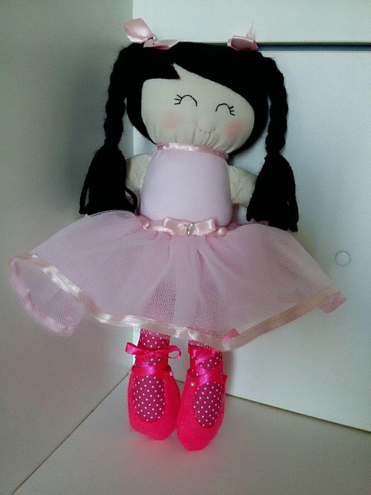 Boneca Bailarina de pano de 0,34 cm de comprimento...corpo,  rosto e pernas em tecido tricoline e cabelo em feltro e tranças de lã preto e saia de tule rosa.