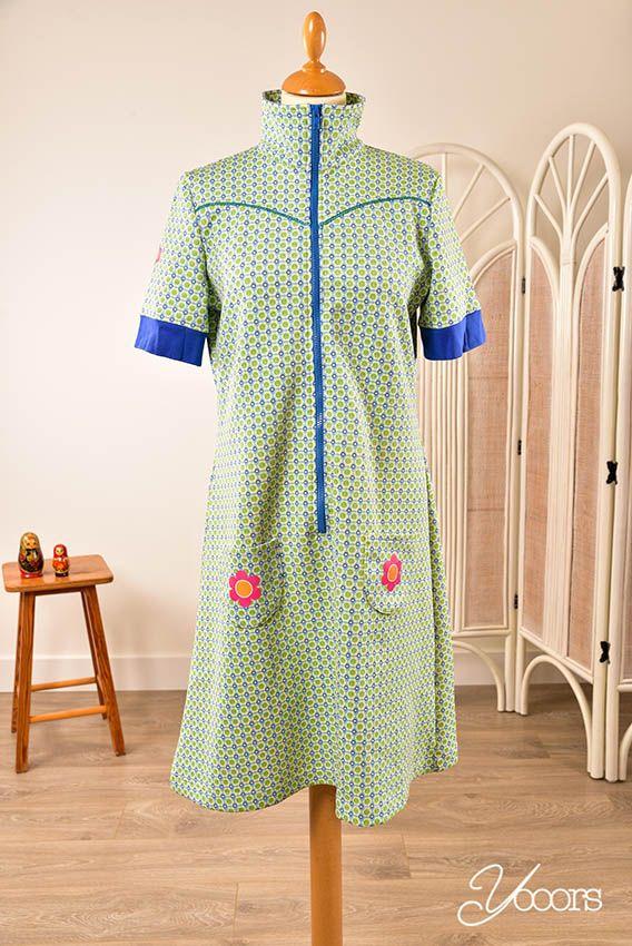 TANTE BETSY jurk, maat L (Y161364) -- Aangeboden door yooors.nl ---- Geweldig jurkje met retro bloemen print. In nieuwstaat! Met rits en steekzakjes aan de voorzijde en een openstaand kraagje.