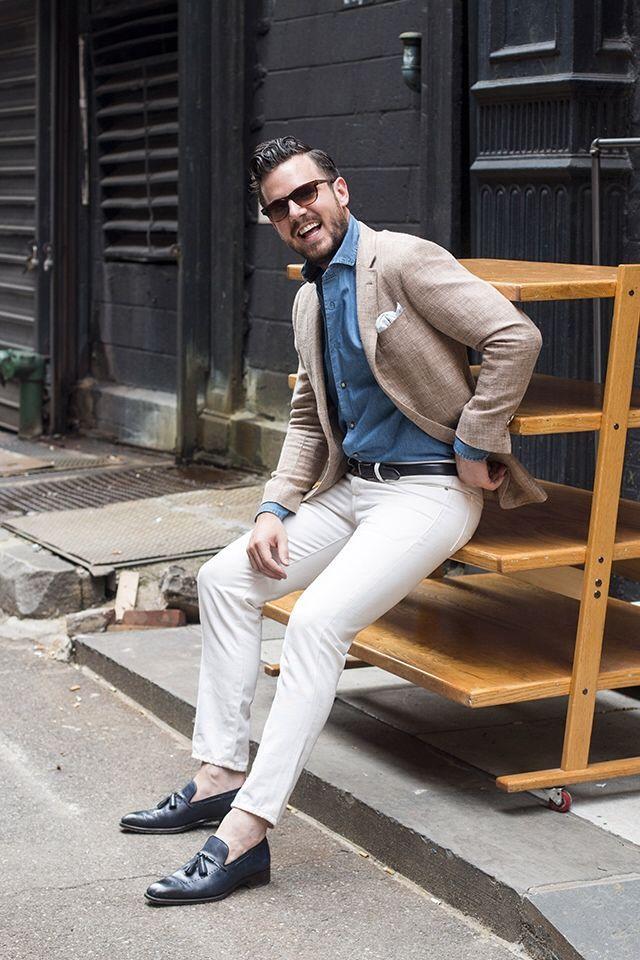 デニムシャツといえば、ストリートスタイルからジャケットスタイルまで幅広くフィットするメンズファッション定番アイテムだ。特に昨今においてはスーツやジャケットといったドレススタイルに遊びとしてデニム素材のシャツを合わせるのは定番だ。シャツブランドからもカジュアルテイストの強いタイプからドレステイストの強いタイプまで幅広く展開されており選択肢は広がるばかり。今回はデニムシャツにフォーカスして注目の着こなしを紹介! デニムシャツ×ネイビーパンツコーデ 全体のサイズバランスが取れているコーディネート。武骨な印象を与えやすいデニムアイテムも、センタークリースがしっかりと入ったトラウザーズとタッセルローファーを合わせることによって、綺麗目でこなれた表情にまとめることができる。 FINAMORE(フィナモレ) ワイドカラーシャツ 1925年創業のイタリアを代表するシャツブランドフィナモレの白シャツ。エレガントなカラーと目の細かいステッチワークの秀逸さ、ボタンには鳥足がけを使用するなど細部にこだわりを感じるデニムシャツ。 詳細・購入はこちら デニムシャツ×プリーツパンツコーデ…