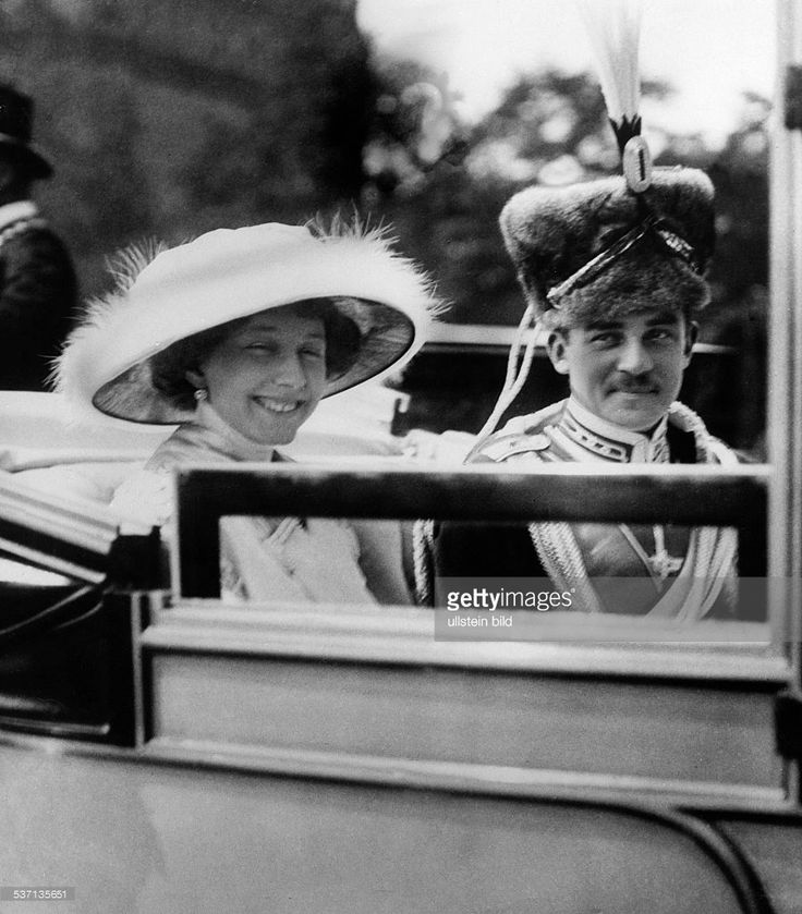 Hannover, Ernst August III of, Duke of Brunswick - Germany, (*17.11.1887-+) , - with his wife duchess Viktoria Luise of Brunswick marching in at Brunswick, - , - , Vintage property of ullstein bild