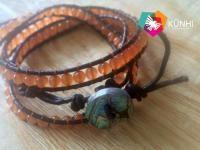 Pulsera unisex de cuero con ágatas naturales color naranja con botón de concha de abulón esculpido en el Nith, Ixmiquilpan por los artesanos del taller