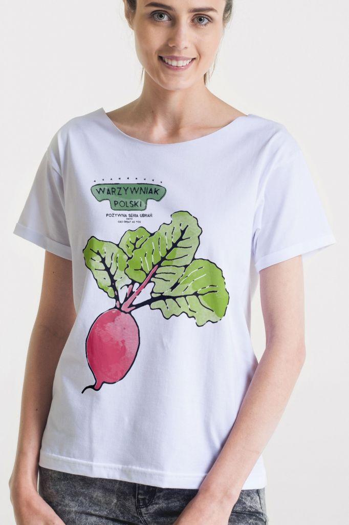 <p>Damski t-shirt GAU zaprojektowany i uszyty w Polsce z wysokiej jakości miękkiej bawełny. </p><p>Seria: WARZYWNIAK POLSKI - Pożywna Seria Ubrań.</p><p>Swobodny krój oversize z dekoltem wykończonym na surowo i krótkimi podwiniętymi rękawkami, świetnie układa się na każdej sylwetce.</p><p>Dwa uniwersalne rozmiary S/M oraz L/XL.</p><p>Grafika wydrukowana przy wykorzystaniu certyfikowanych nietoksycznych tuszy wodnych.</p><p>Skład: 100% miękka bawełna.</p><p>Modelka ma na sobie rozmiar…