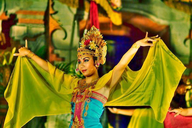 Бали – густо населенный остров. Основная часть населения – это индонезийцы. Однако, здесь можно встретить небольшое количество китайцев, западников и индийцев.  На протяжение 800 лет балийцы были индусами, так как оставшиеся в живых империи Маджапахит были вынуждены покинуть острова Ява из-за быстро распространявшегося ислама. Индийская культура очень похожа на балийскую, однако есть некоторый разлчия. Например, жители острова Бали едят коров, в то время как в Индии корова – священное…