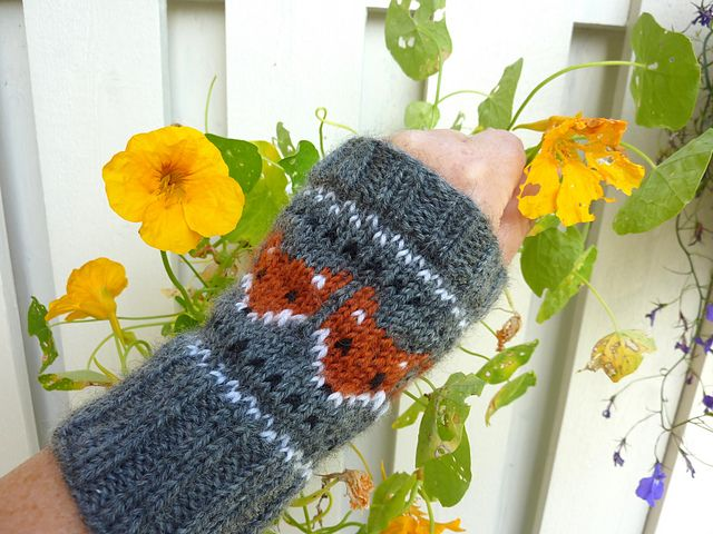 Ravelry: Pulsvarmere med rever/ Fox wristwarmers pattern by MaBe