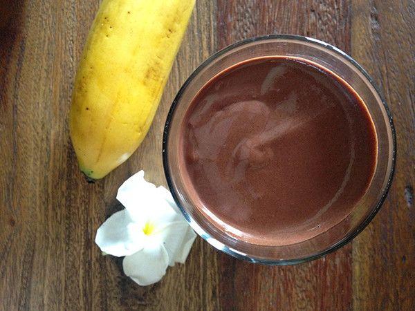 INGREDIENTES:      1 vaso de leche de almendras o de coco sin azúcar     1 plátano congelado (congélado sin cáscara)     1 puñito de espinaca     1 cda de cacao en polvo      ½ cdita de canela     1/2 cdita de vainilla     1 puño de goji berries (opcional)     1 cdita de maca (opcional)     1/2 cdita de miel o stevia (opcional