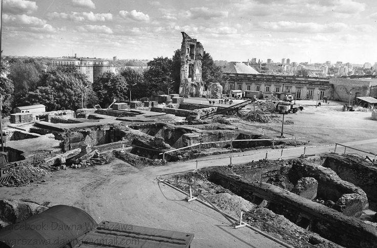 Zamek Królewski  - to, zostało z po ustaniu działań wojennych. Ocalały jedynie piwnice, dolna część Wieży Grodzkiej, fragmenty Biblioteki Królewskiej i Arkad Kubickiego. Zaledwie około 2% materiałów użytych w jego odbudowie pochodzi ze starego zamku.  Nie zmienia to faktu, że jest przykładem wiernej rekonstrukcji, miejsca tak ważnego dla naszej historii.   Cofnijmy się zatem do 1971 roku kiedy to ostatecznie podjęto decyzje o jego odbudowie.  fot. Dawna Warszawa