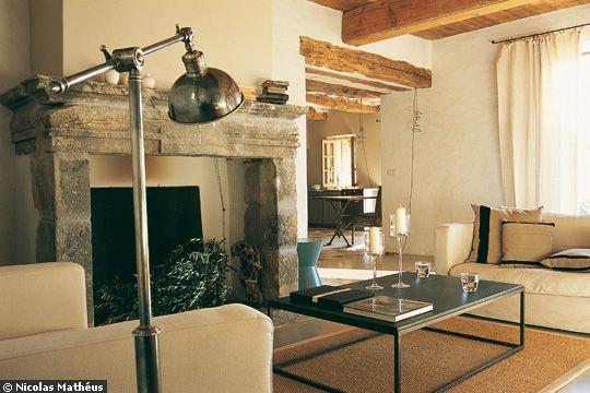 ... dégage de ce salon avec poutres une ambiance feutrée et chaleureuse