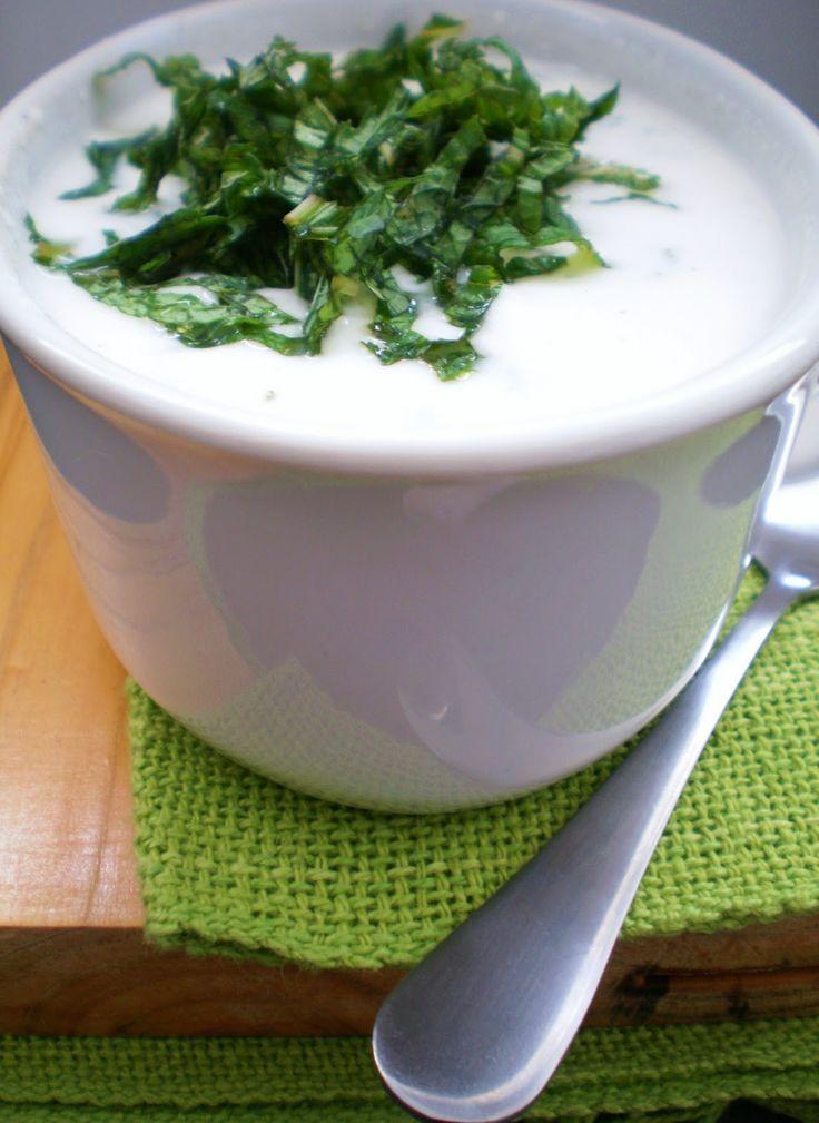 O melhor molho de iogurte para saladas  Ingredientes: 1 copo de iogurte natural desnatado  1/2 xícara de hortelã fresca picada 3 colheres de sopa de molho pronto de tahine* (ou 1 colher de chá de pasta tahine) suco de 1 limão tahiti 1 pitada de pimenta-do-reino sal à gosto 1 fio de azeite para finalizar (opcional)
