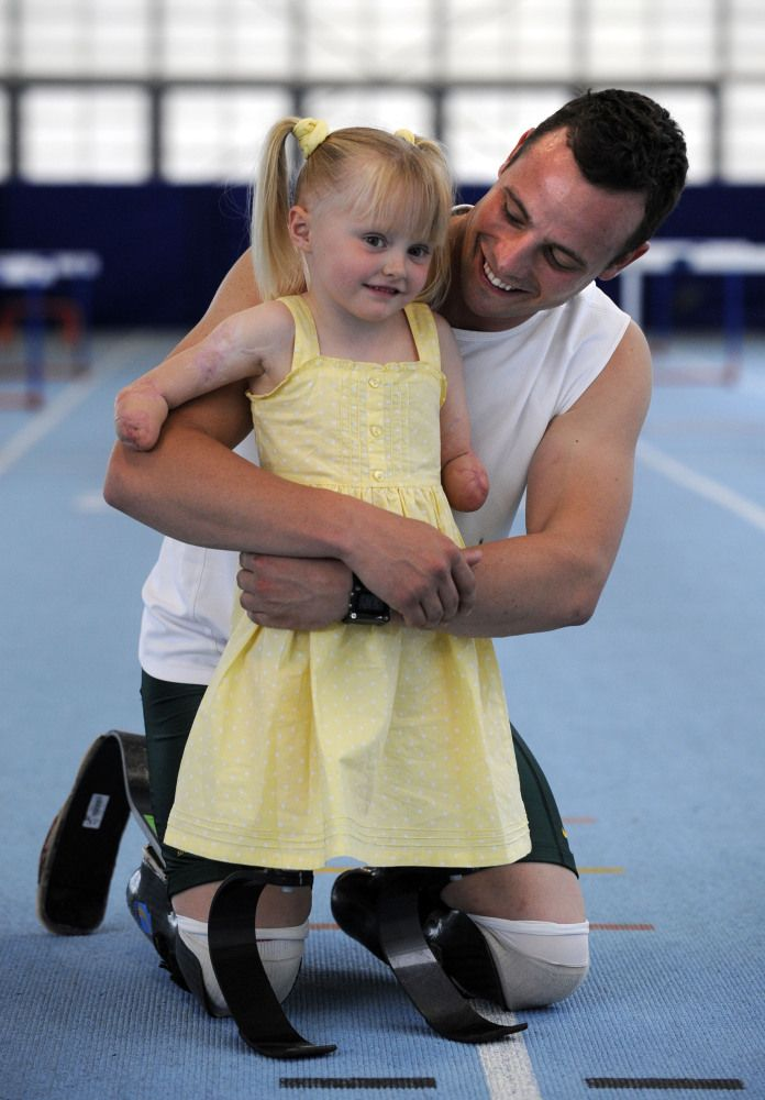 Both amputees, Olympic athlete Oscar Pistorius and young Brit Ellie, race each other!