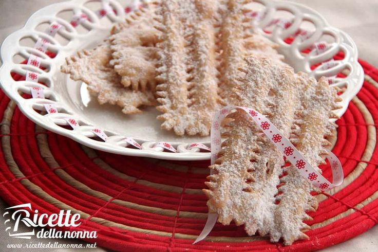 Le chiacchiere sono il dolce di Carnevale più preparato in Italia. A seconda della regione italiana possono essere conosciute anche come frappe, crostoli, bugie, cenci e tradizionalmente vengono preparate insieme alle castagnole. Procedimento Su un piano di lavoro, formate una fontana con la farina, quindi unite al centro l'uovo, il burro ammorbidito, lo zucchero, il […]