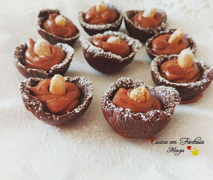 Mezzi gusci di cioccolato fondente con crema di mascarpone, cioccolato e arachidi