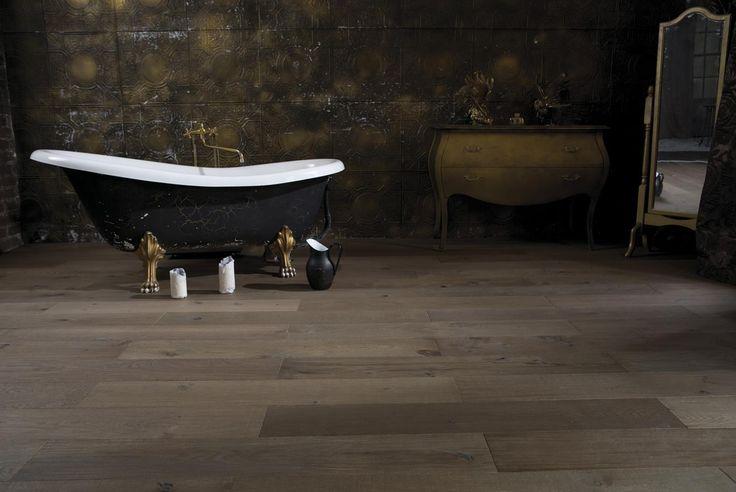 Паркетная доска Goodwin Дуб Йорк  http://m-dec.ru/catalog/floor/parketnaya_doska/dub-york Паркет в ванной комнате. Дизайн ванной комнаты. Интерьер ванной комнаты. Темный паркет. Классический декор.