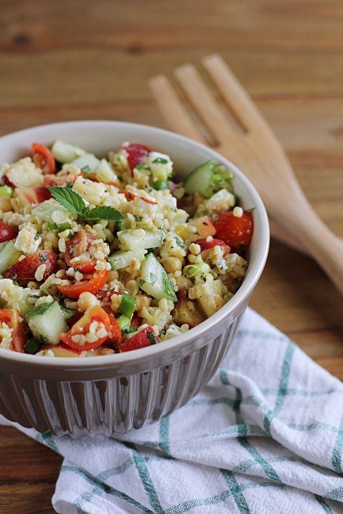 Der perfekte Sommersalat: Bulgur mit Feta, Plattpfirsichen, Koriander und Minze | eatbakelove
