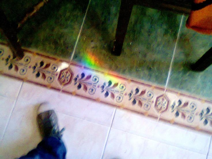 Un pedazo de arco iris que encontré en la sala de mi casa.