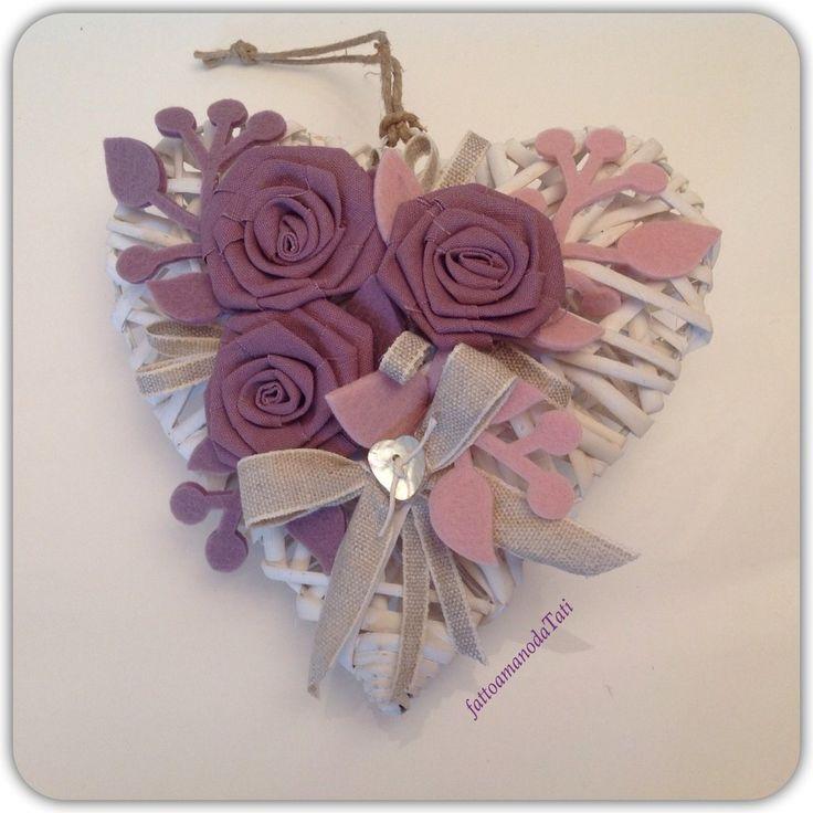 Cuore in vimini con rose color lavanda
