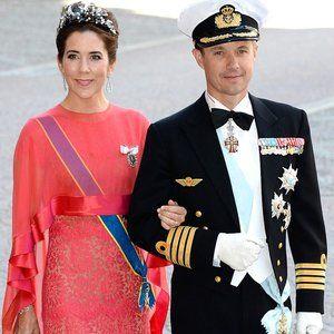 Madeleines Hochzeit: An der Seite ihres Mannes Frederik besuchte Kronprinzessin Mary von Dänemark in einem bezaubernden Spitzenkleid in Koralle die Trauuung.