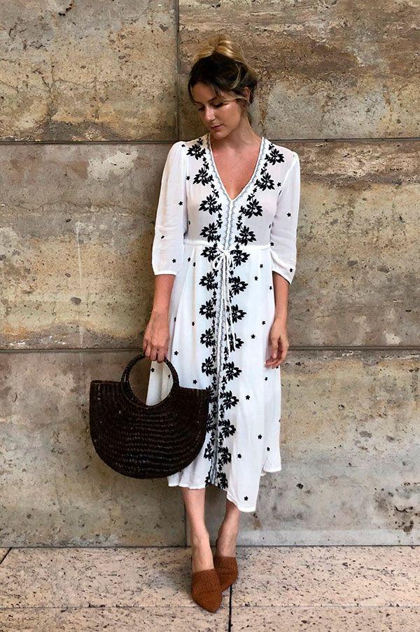 Com um vestido midi mais girlie a aposta é certeira  bolsa e mule de palha  na mesma paleta de cores. karina - facci - bolsa - palha - look fafe9b70efacb