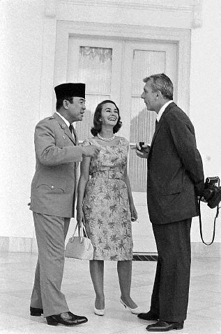 "4/11/1962, Bogor, Indonesia. Film star Jean Simmons and her husband, writer-director Richard Brooks, listen attentively to Indonesia's President Sukarno as he talks with them outside Bogor Palace. The actress and husband are traveling through the islands of Indonesia looking for a film locale for the Conrad novel ""Lord Jim."""