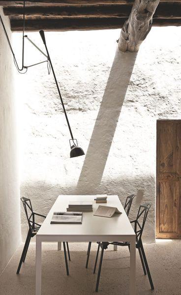 Une salle à manger moderne avec murs en mi-pierres mi-blanc de chaux. Plus de photos sur Côté Maison http://petitlien.fr/7smy