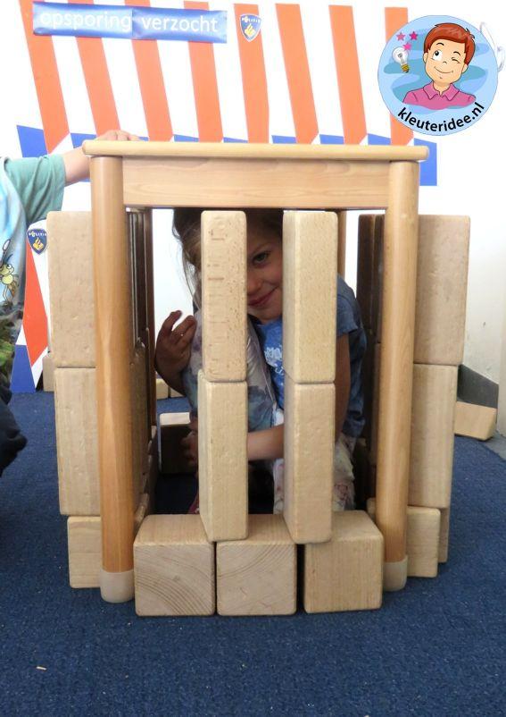 Gevangenis bouwen in de bouwhoek 1, kijk voor meer ideeën op kleuteridee.nl, thema politie voor kleuters
