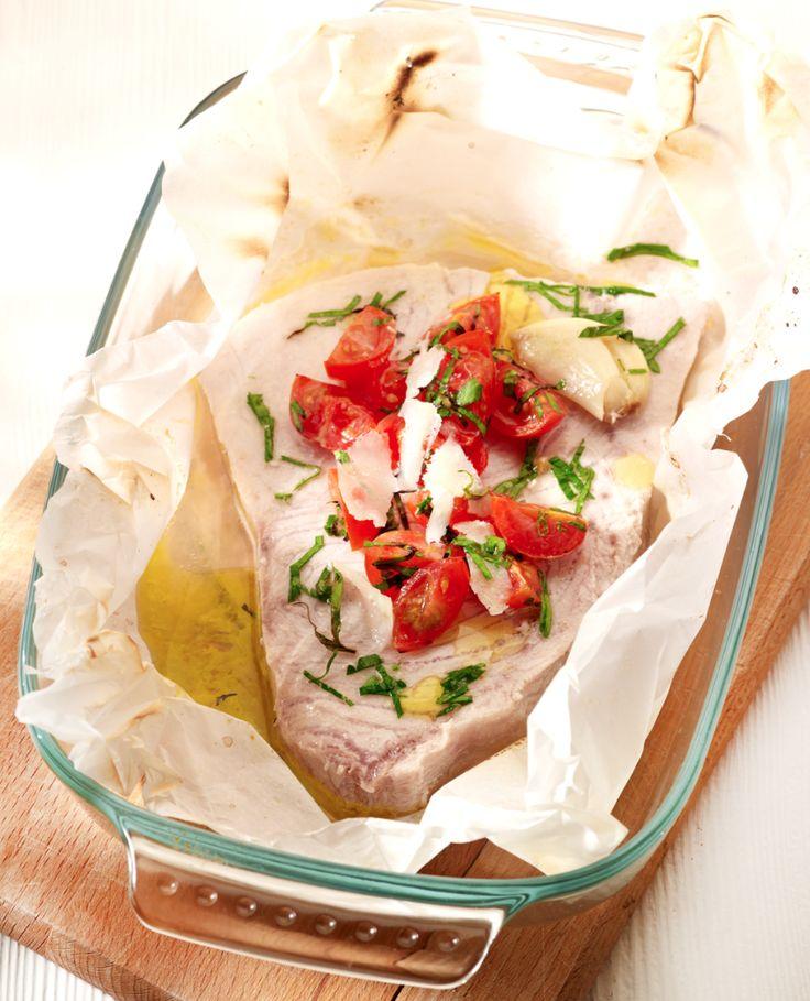 Papillot van zwaardvis met een rucolaslaatje http://njam.tv/recepten/papillot-van-zwaardvis-met-een-rucolaslaatje