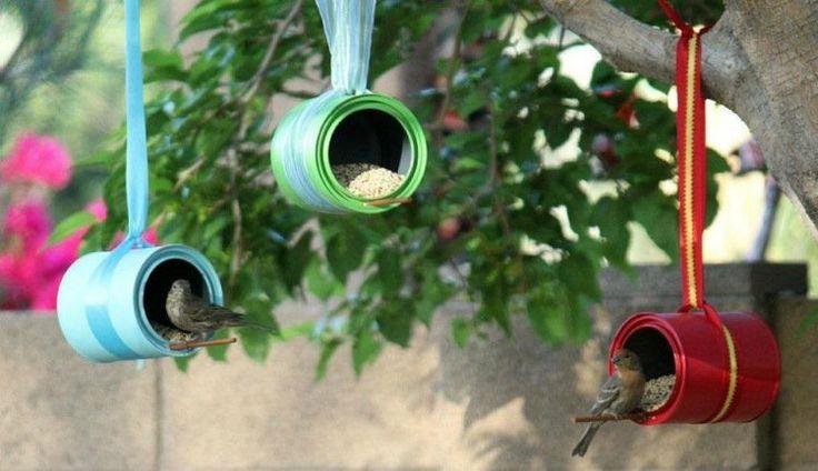 mangeoire oiseaux en boîtes de peinture vides et rubans