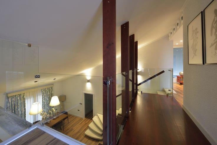 Reforma vivienda chalet. Interior. Suelo madera, cristal.