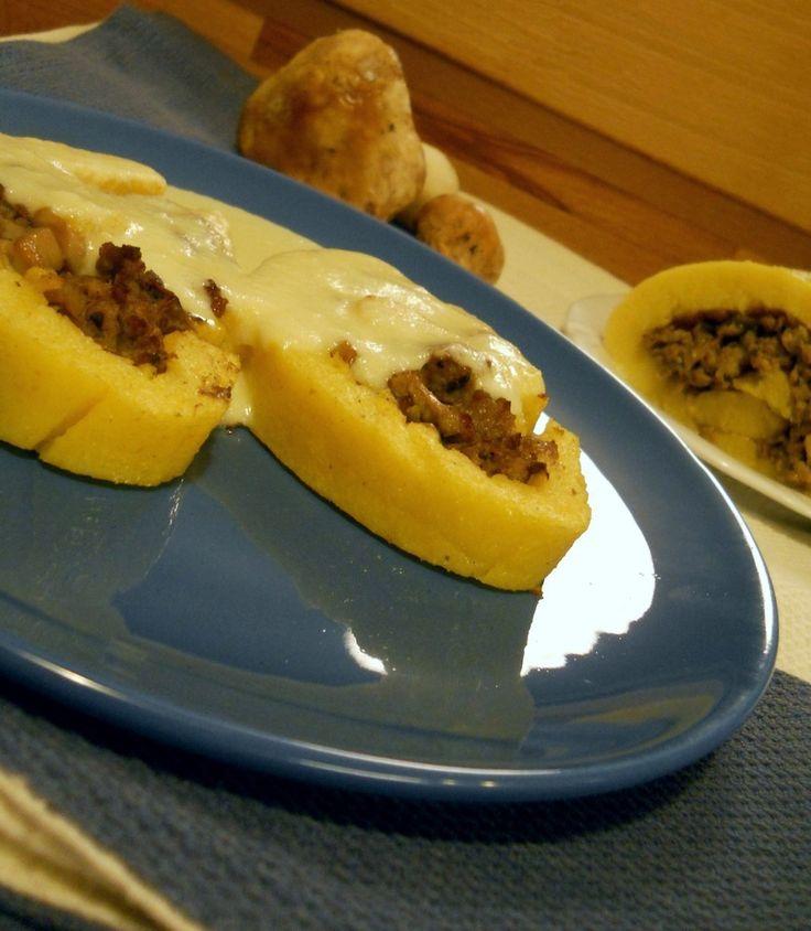 Rotolo di polenta con salsiccia, porcini e fonduta di Gruyère
