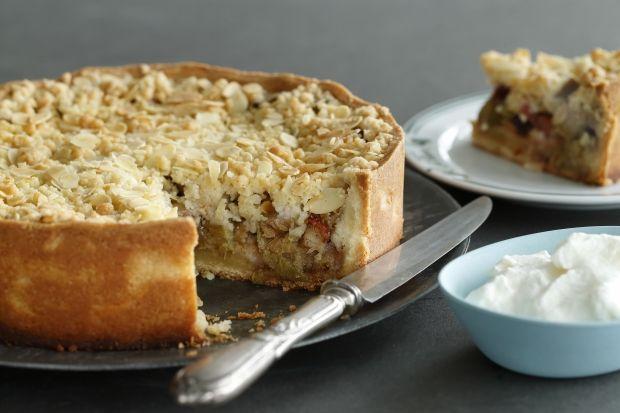 """Skøn tærte med fyld af rabarber, vanilje og makron og toppet med mandel-smuldredej. Tærten har fået sit navn efter den populære """"Vild med dans""""-dommer Jens Werner"""