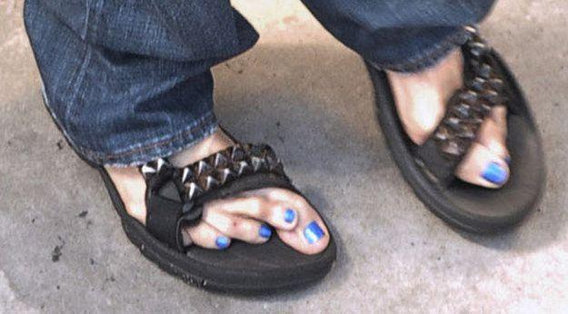 … ou sandálias cravejadas. Seu estilo está sempre no ponto. | 21 fotos que provam que Steven Tyler é a avó mais legal de todos os tempos