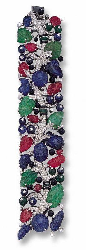 A RARE AND IMPORTANT CARVED COLORED STONE AND DIAMOND BRACELET, CARTIER, PARIS, CIRCA 1930 - Photo c/o Sotheby's