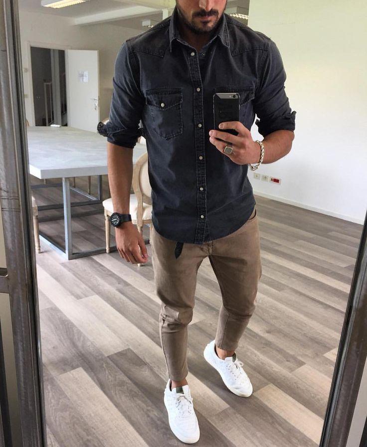 Pantalon beige, chemise bleu/gris et baskets blanches