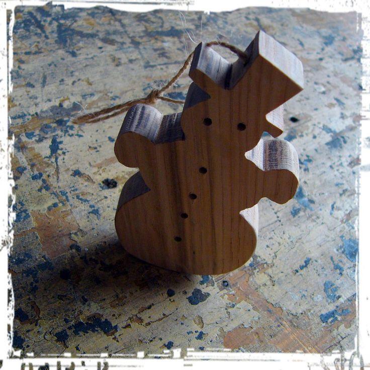 Sněhulák (ozdoba) / Snowman (decoration) Sněhulák jako ozdoba na stromeček nebo vlastně kamkoli jinam a klidně i v létě. Materiál: dubové dřevo (nebo buk, modřín, borovice,...) Povrchová úprava: Tvrdovoskový olej PNZ, případně další olejové barvy (Makově červená, Mint, Olejová modř, Černá, Bílá...pište do poznámek v objednávce)