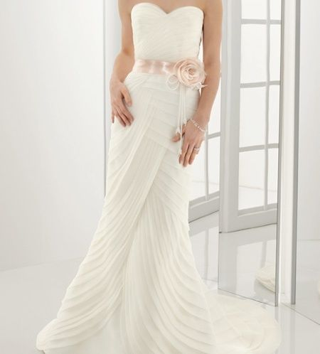 Vários tecidos podem plissar-se, tecidos pesados como cetim, tafetá e moiré são ideais para desenhar vestidos de noiva plissados.