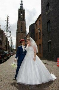 Prachtig trouwpak voor bruid  Nadine gemaakt met stoere pasvorm in glanzend blauwe wol