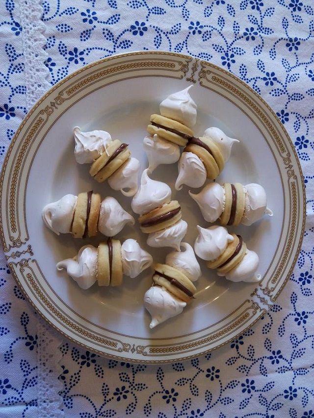 Gyakran elkészítem, régi recept, de a mai napig megállja a helyét. A család rajong érte, nem nehéz elkészíteni, de nem lehet megunni. Ünnepi alkalmakra is remek választás. Hozzávalók 30 dkg liszt, 26 dkg ráma margarin, 3 tojás sárgája, 1 nagy citrom reszelt héja 3 tojás fehérje 30 dkg porcukor egy mokkás kanál citromlé egy csipet …