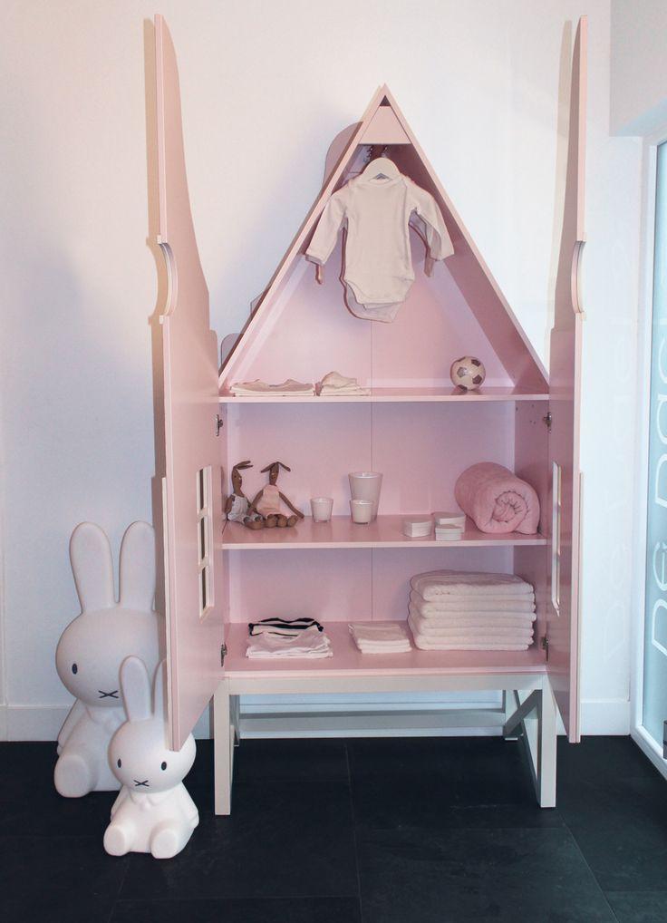 Kast voor de babykamer of kinderkamer met optioneel een korte kledingroede in de nok of een lange roede van 100 cm breed.