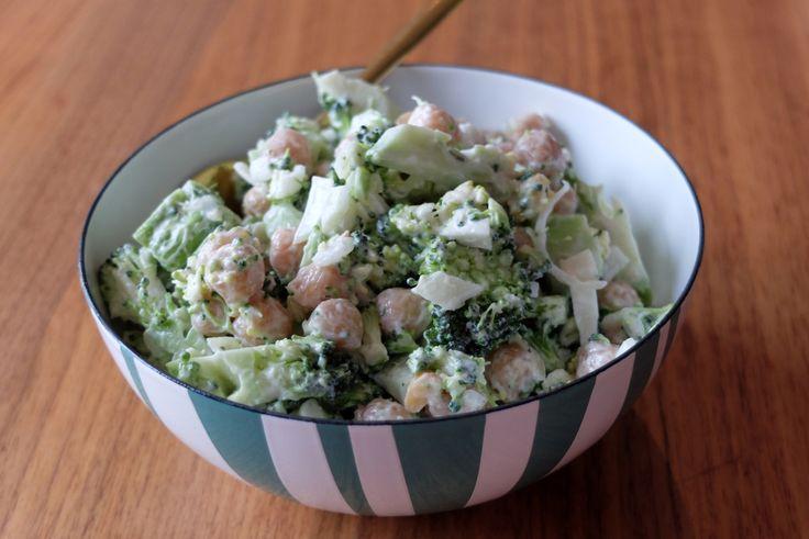Brokkolisalat med kikerter – Sara Lossius