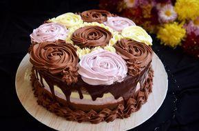 Acest tort cu trei tipuri de mousse, este un tort în care am combinat gustul ciocolatelor amărui și dulce cu cel acrișor al fructelor de pădure.