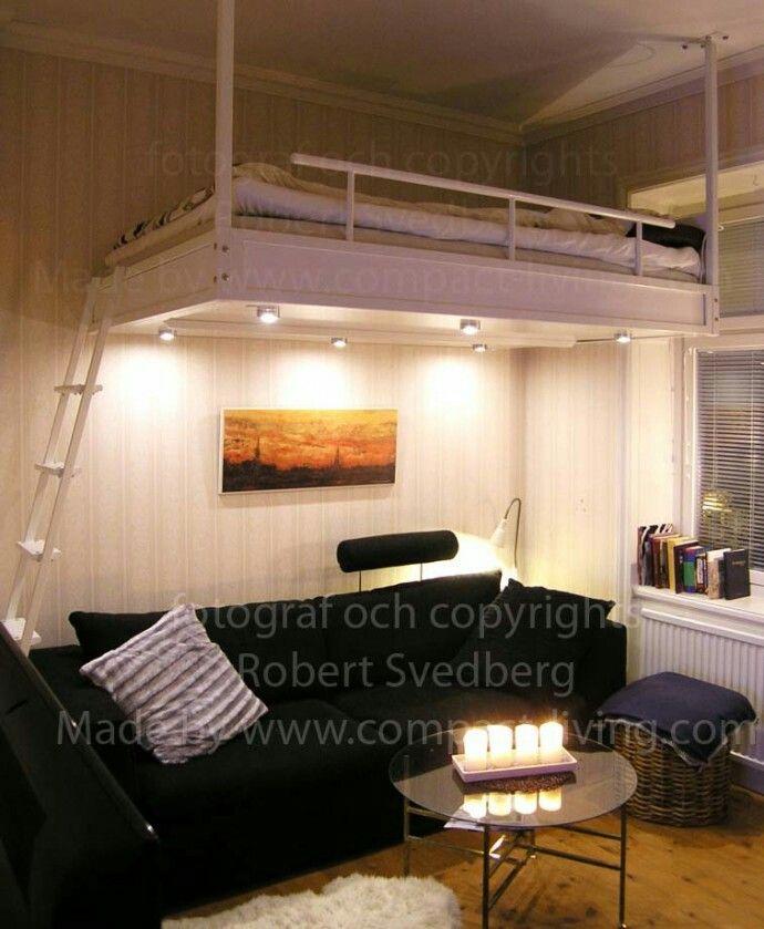 Loftsäng i metall i Stockholm. Loftsängen är 140 cm bred och är monterad i taket med 2 takstag. På www.compact-living.com finns det mera info.