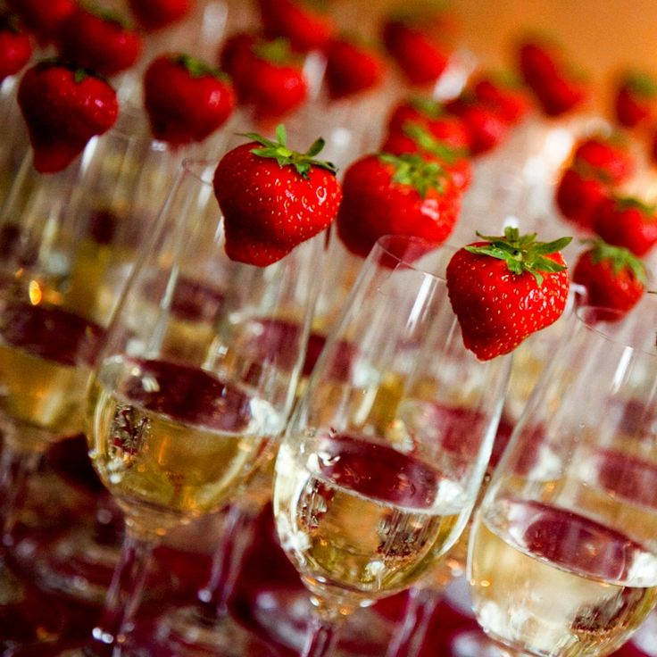 Simple and elegant wedding party favor ideas « Debbiesinvitations Blog Love the strawberries in the champagne glasses.  Just that little extra...
