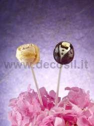 Stampo Lollipop Sposi si può utilizzare lo stampo lollipop Sposi per realizzare dei dolcetti da servire al ricevimento di nozze, un dettaglio per arricchire e rendere particolare il buffet. Da utilizzare come segnaposto per gli invitati e per adornare la tavola della torta nuziale.