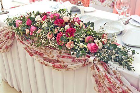 Композиция из пионов, роз и эустомы на столе жениха и невесты