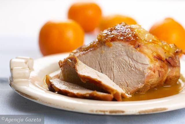 Pomarańcze sparz wrzątkiem. Z jednej zetrzyj skórkę i wyciśnij sok. Dżem, sok, połowę startej skórki i masło utrzyj na jednolitą masę. Mięso opłucz, osusz, natrzyj solą. Brytfannę posmaruj olejem, włóż mięso, zrumień, podlej bulionem. Piecz 70 minut w temp. 180°C. Po 30 minutach posmaruj masą pomarańczową. Pozostałe pomarańcze obierz. Jedną podziel na cząstki, z dwóch wyciśnij sok. Skórki pokrój w paski. Gotową pieczeń wyjmij z brytfanny. Sos z pieczenia przecedź przez gęste sitko do garnka…