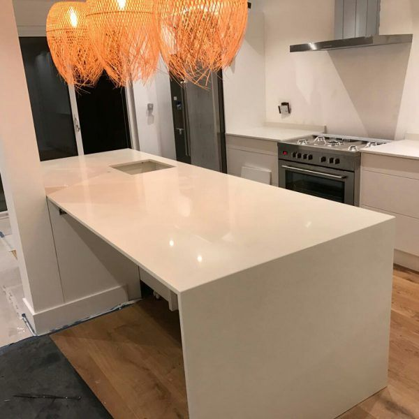 The Bianco Nevoso has been chosen for this stunning kitchen. The breakfast bar is situated on the other side creating lots of space for preping and eating of course.