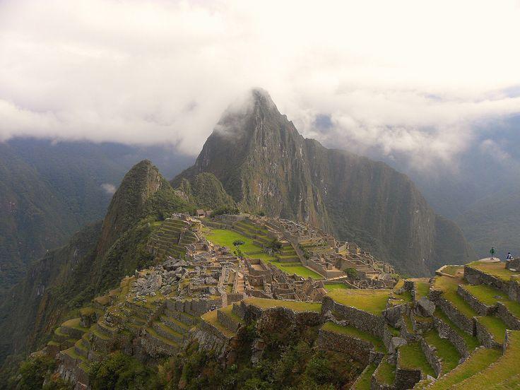 https://flic.kr/p/amPYAx | La città perduta | Descrivere Machu Picchu è un emozione perche è essa stessa un emozione,  Pablo Neruda   Alture di Macchu Picchu   Pietra sulla pietra, l'uomo, dove stette?  Aria nell'aria, l'uomo, dove stette?  Tempo nel tempo, l'uomo, dove stette?  Fosti anche il pezzetto rotto  d'uomo inconcluso, di aquila vuota  che per le strade d'oggi, che per le orme,  che per le foglie dell'autunno morto  va ammaccando l'anima fino alla tomba?  La povera mano, il piede…