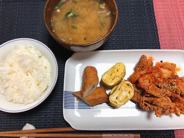 手抜きご飯 . . 味噌汁もインスタントです あさりのやつ . . ドラフト見ながら食べる #簡単#手抜き#豚キムチ#肉#たまご#ちくわ#cooking#food#easy#japanese