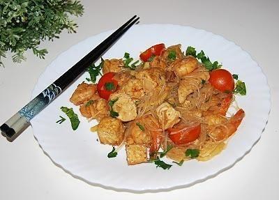 Makaron ryżowy z kurczakiem i krewetkami